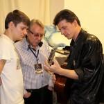 Михаил Грубов с сыном внимают аккордам шансонье из Петербурга Дениса Стрельцова