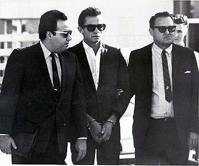 Джонни в сопровождении двух агентов  в штатском