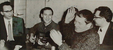 Таганцы в гостях у Г.М.Рахлина. Высоцкий, Золотухин, журналист Слава Попов и Владимир Ковнер (слева). 1967 год. Фото М.Балцвиника. (Публикуется впервые).