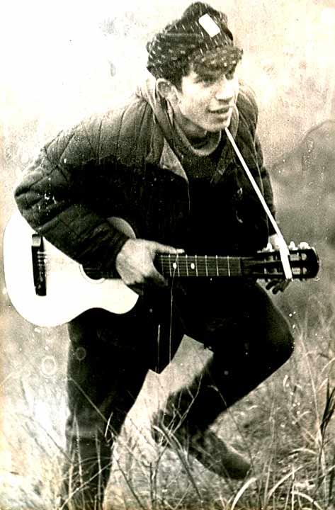 Лев Сандлер с первой гитарой