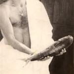 """Уникальное фото. Эту рыбу (лобан) поймал Джон Сейсюк, в Сухуми на пристани. Потом мы её пожарили и балдели, а до этого сделали это фото, """"Иисус - дары приносящий"""""""