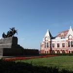 Драмтеатр и памятник Чапаеву