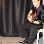 Денис Стрельцов настраивает гитару перед выходом