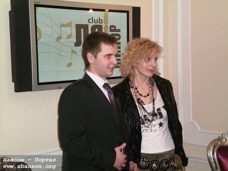 Джемма Халид с управляющим гостиницы Корстон