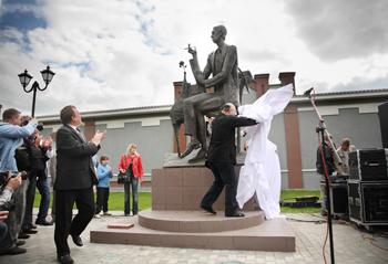 Памятник Аркадию Северному  на родине, в Иваново