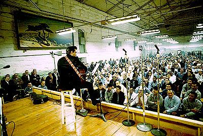 Джон на сцене тюрьмы