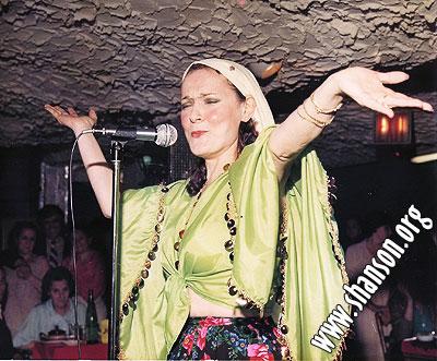 Мой папа мне однажды показал, что вот на такой манер в еврейских местечках женщины покрывали голову платком. Фотка снята во врема исполнения популярной еврейской песни «ВАРНЕЧКИ»